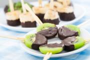 שיפודי פירות מצופים שוקולד